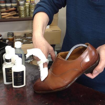クリーナーで靴の汚れを落とすイメージ。