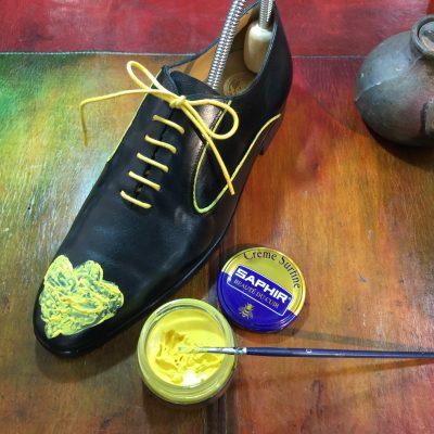 ビーズワックスファインクリームで革靴の飾り穴を塗っている画像