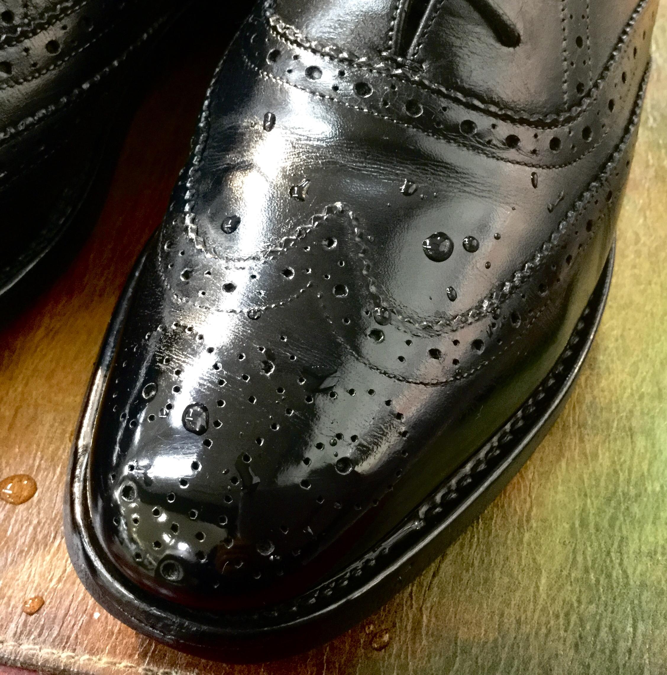 鏡面磨きで仕上げた革靴