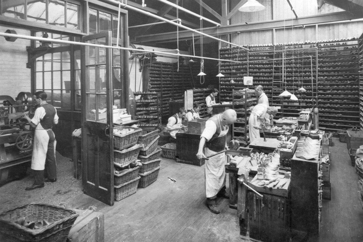 靴の木型を造る職人たち