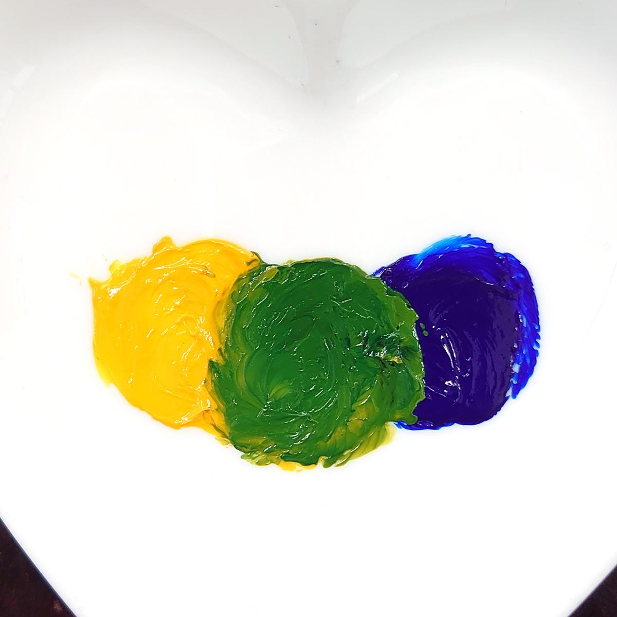 バターキャップとオーシャンブルーを混ぜ合わせたグリーン
