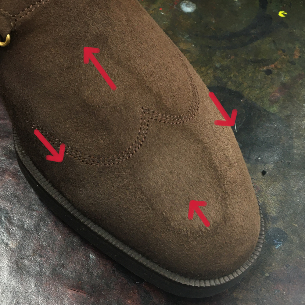 ブラッシングされていないスエード靴のイメージ画像です。