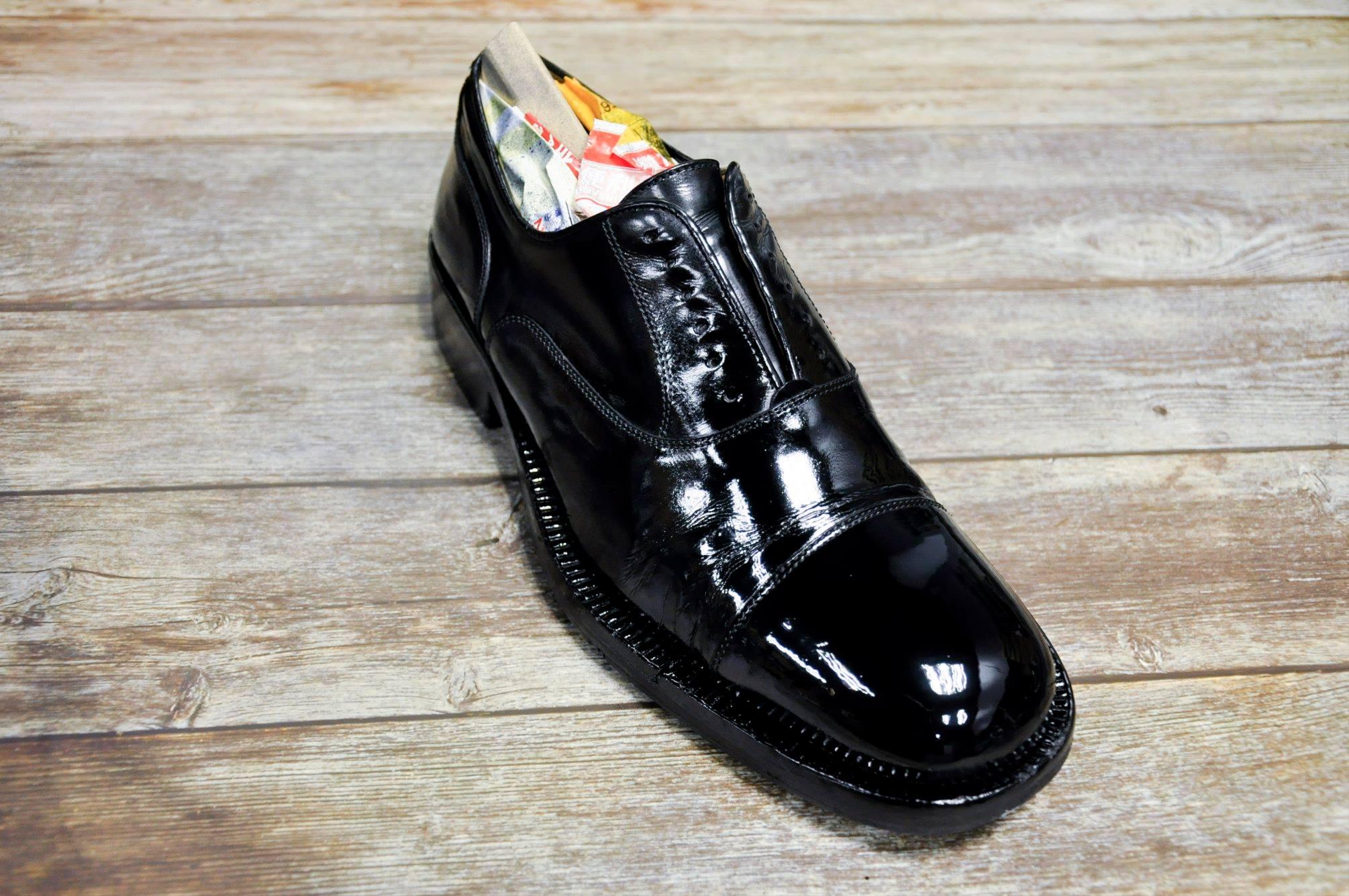 ガラスレザーの靴のイメージ画像