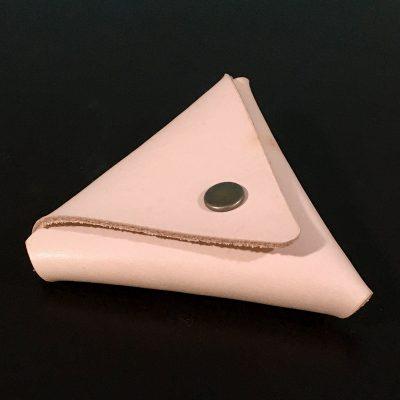 ヌメ革・素仕上げの革で作られた三角コインケース