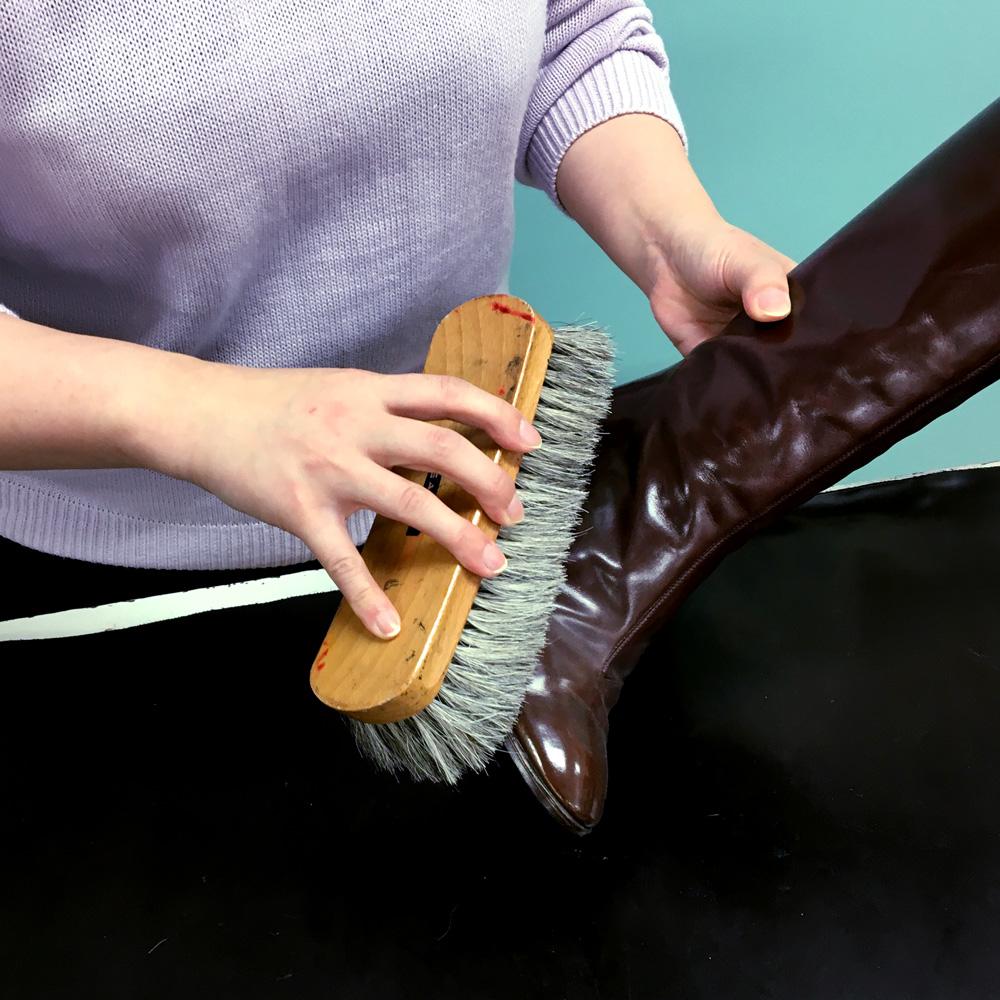 ブーツのすみずみまでブラシをかけ、ゴミ・ほこりを払います。