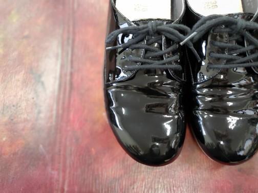 新人研修として靴磨きを練習しています。