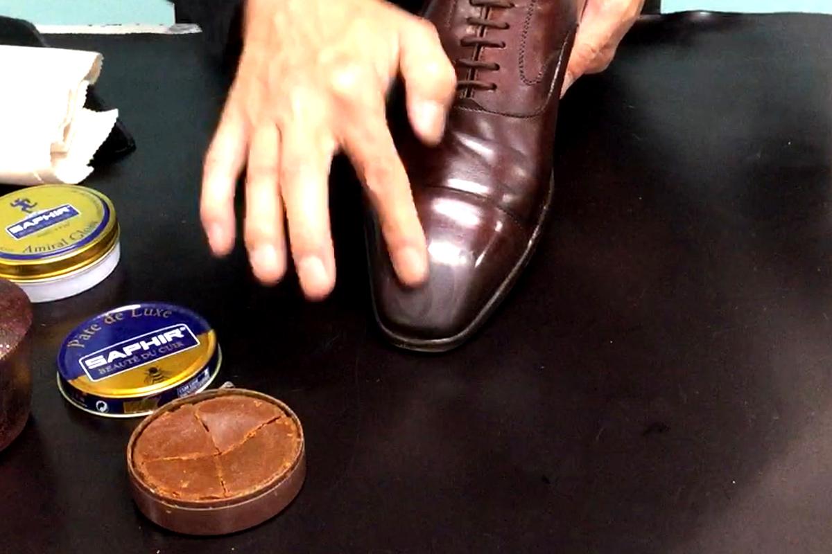 ビーズワックスポリッシュを指で塗っています。