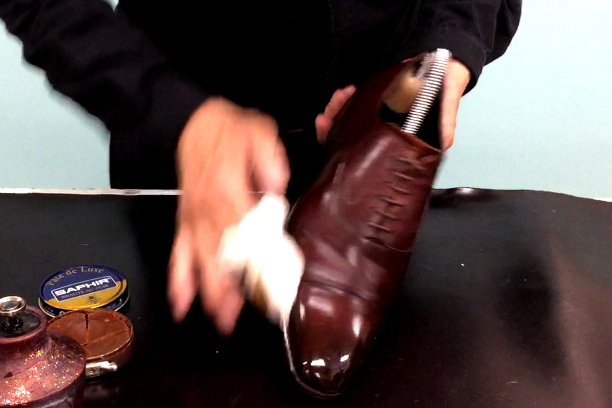 ハイシャインの仕上げの工程、乾拭き(水拭き)をしているシーンです。
