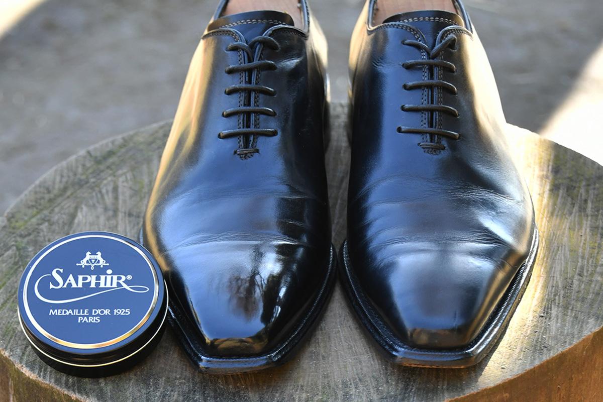 サフィールノワール ビーズワックスポリッシュでハイシャインをした黒い革靴