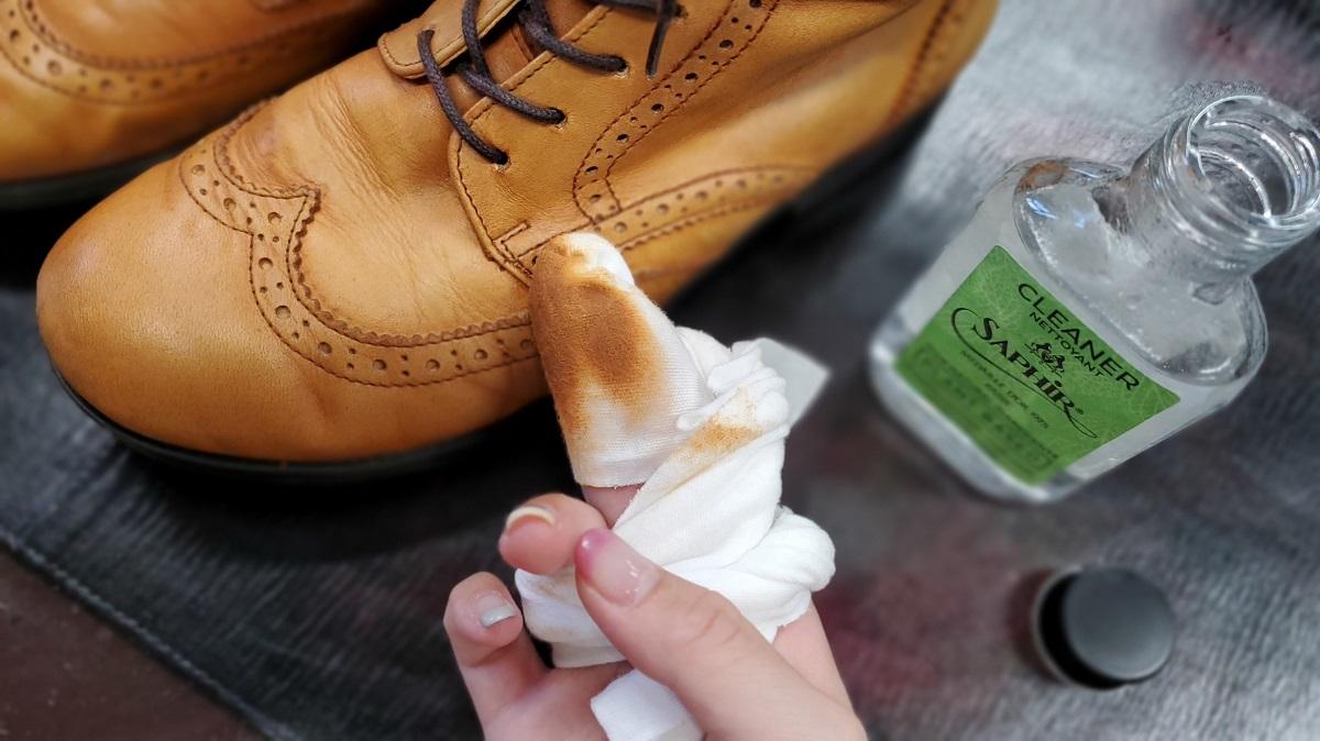 サフィールノワール ナチュラルクリーナーで靴に残る靴クリームが拭き取れています。