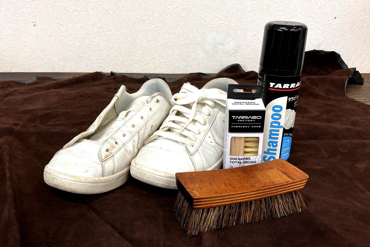 今回お手入れをする靴と使用するアイテムの画像です。