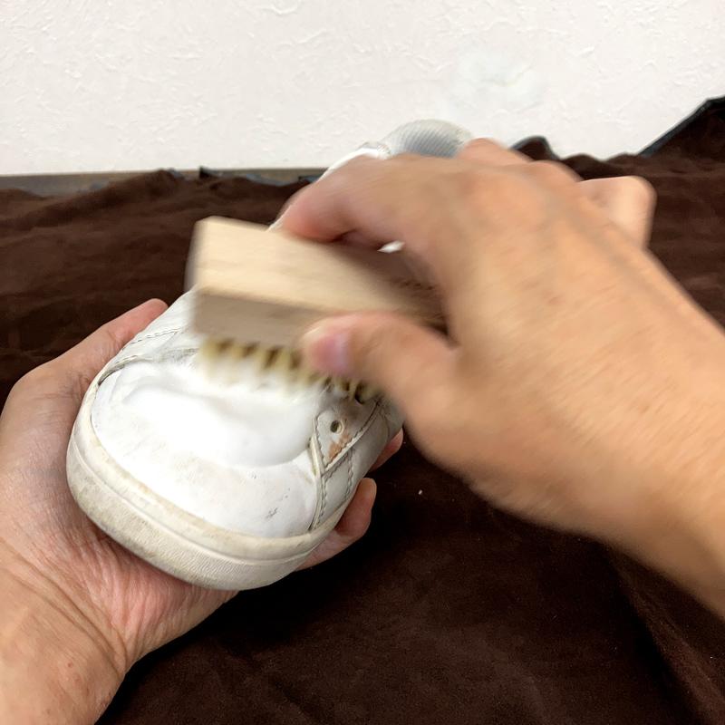 靴に出した泡を広げながらブラッシング。