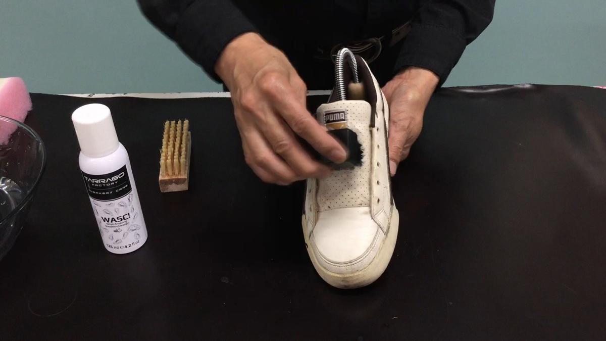タラゴ スニーカー ダストリムーバーブラシでほこりを払います。