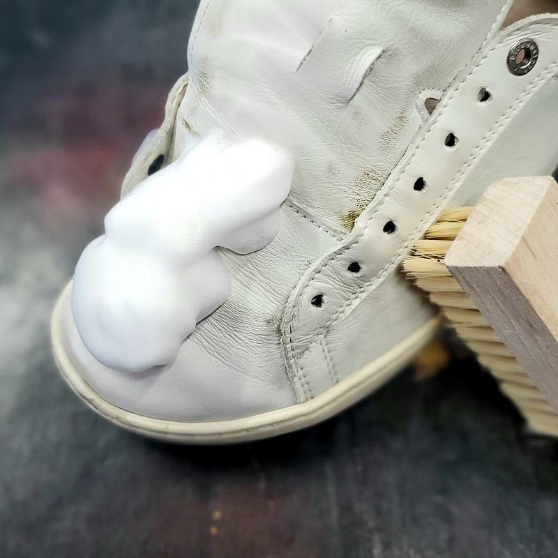 タラゴ シャンプーを靴に乗せ、トータルブラシを使うシーン。