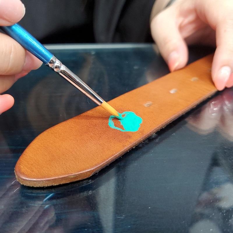 ayuさん、タラゴ スニーカーペイントを使って、フリーハンドでベルトに絵を描きます。