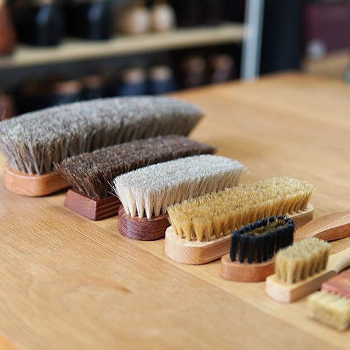 靴磨き用のブラシ、種類と選び方のコツ