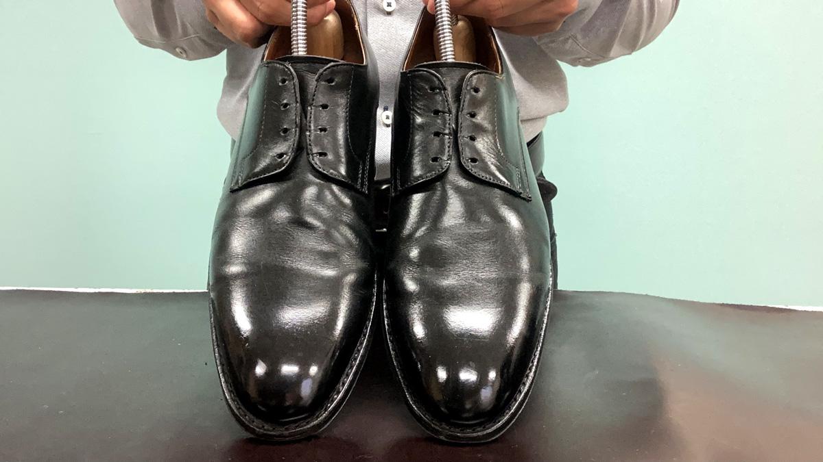 ハイシャインした後に数回履いた靴に、くもりやうすいキズが入っています。