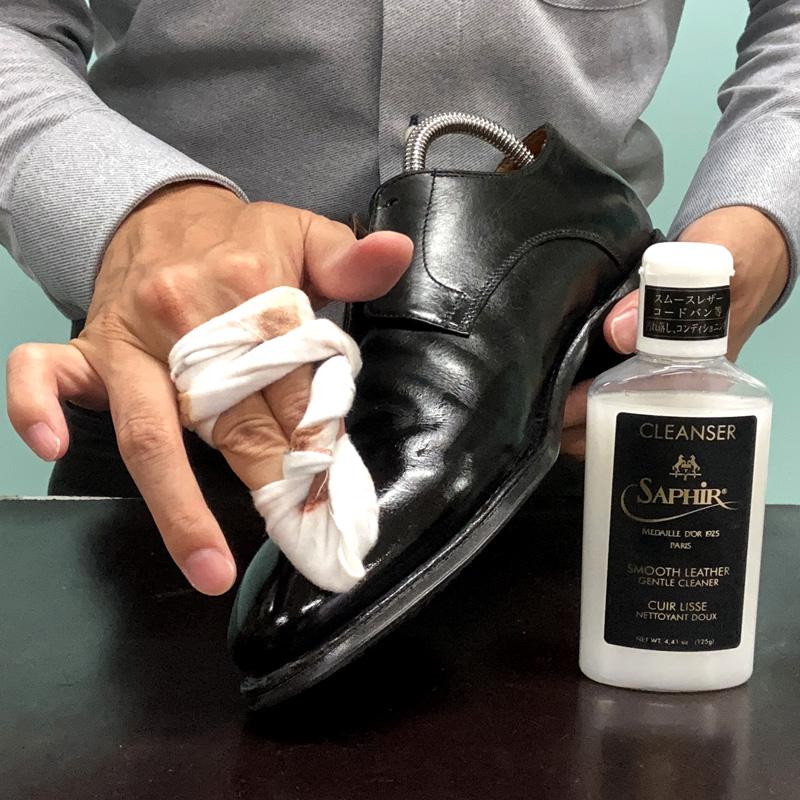 サフィールノワール コンディショニングクリーナーで鏡面部分を含む靴全体の汚れを落とします