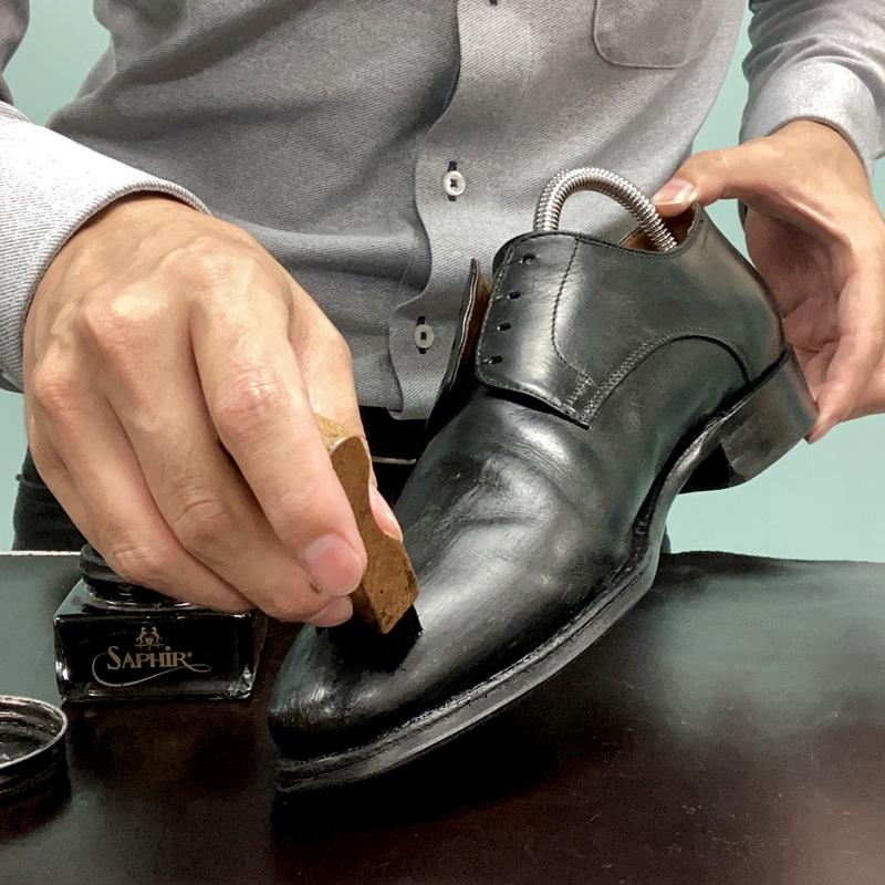 鏡面部分にも靴クリームを塗布するため、アプライブラシを使います。