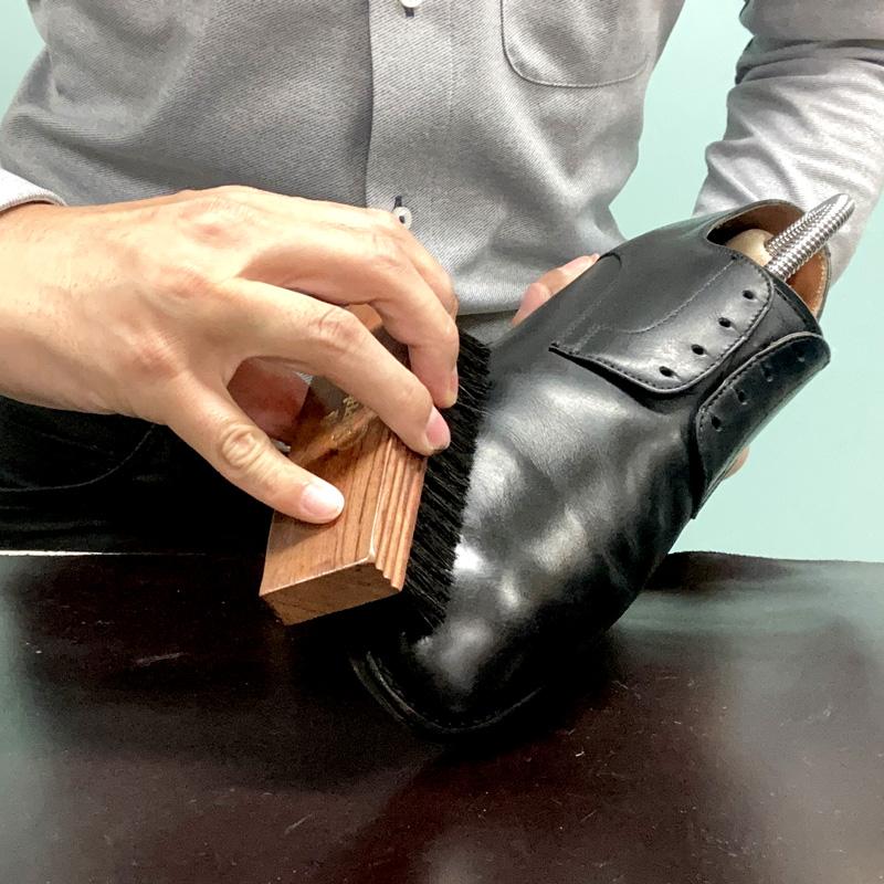 鏡面部分に塗布した靴クリームをなじませるためにしっかりと豚毛ブラシでブラッシングをします。
