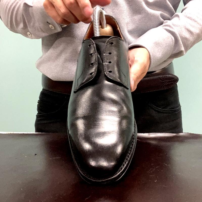 靴クリームをなじませるブラッシングをした後の鏡面部分の画像です。