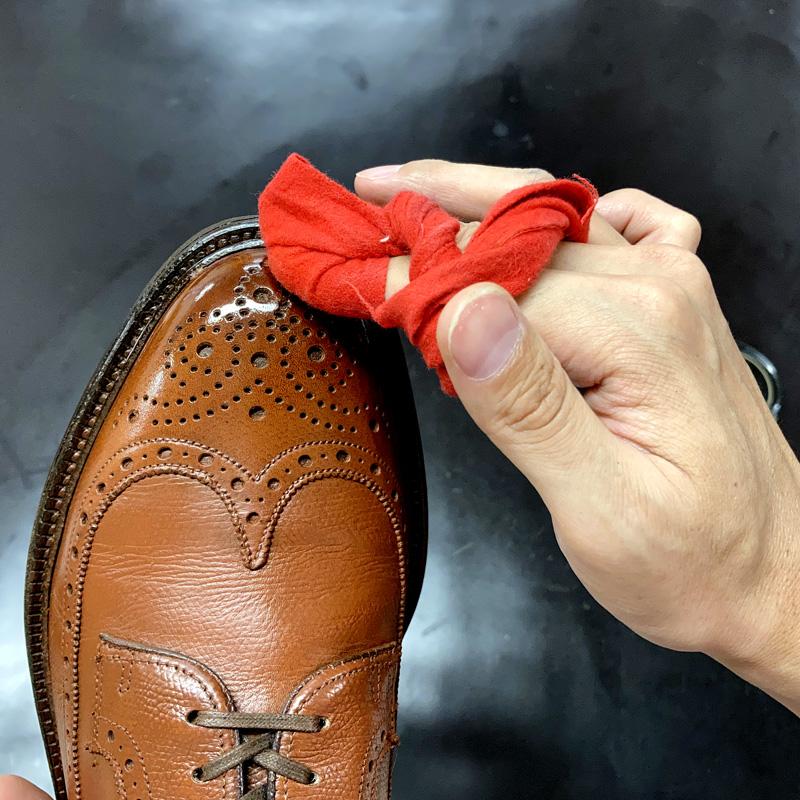 ダークカラーをクロスに取り、水を差して靴に塗布したポリッシュをならしていきます。