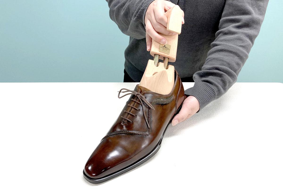 コルドヌリ・アングレーズのシューツリーEM500モデルを靴に装着しています。