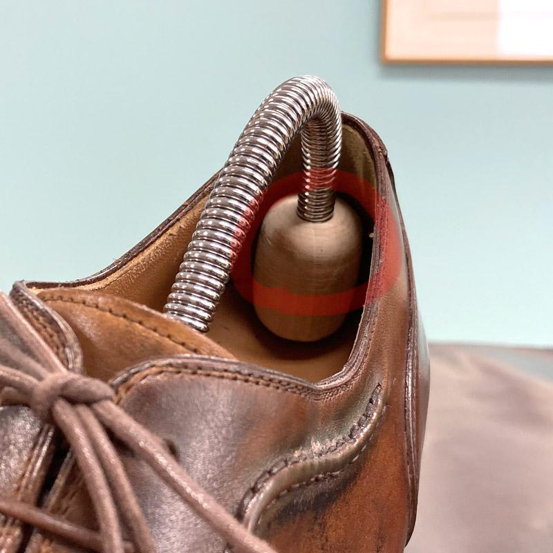 楕円形のかかとパーツが靴のかかとに対してピンポイントでテンションをかけてしまう。